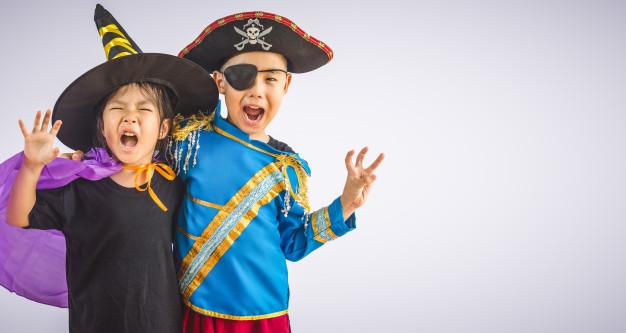 børn der er klædt ud som pirater