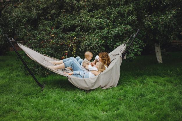 mor og børn i hængekøje