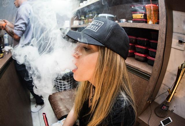 Kvinde ryger e cigaretter