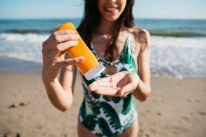 kvinde bruger solcreme